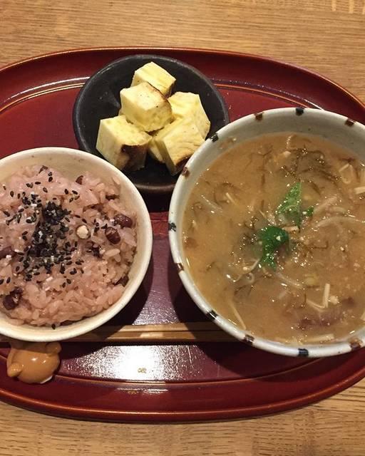 haruさんはInstagramを利用しています:「朝ごはん.雨で寒い……もっちりお赤飯と温かいお味噌汁が美味しいです。貰った焼き芋で更に冬の食卓っぽい。..お赤飯味噌汁(もやし・もずく・えのき)焼き芋..#朝ごはん#あさごはん#味噌汁#日々の暮らし #おうちごはん#日々#instafood#一汁一菜」 (58118)