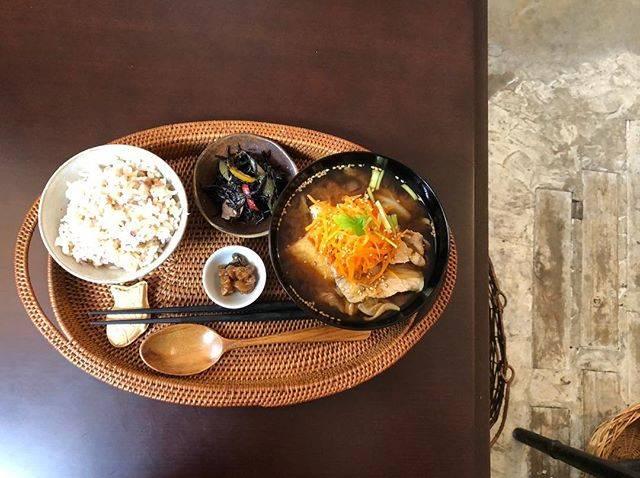 mmonさんはInstagramを利用しています:「今日も美味しかったです✨五年熟成味噌のにんじんと麹豚の具沢山汁。こんなに丁寧で美味しくて嬉しい味噌汁は作れないけど今日は熊本の麦みそを買ってみました。#miso汁香房 #一汁一菜 #熟成味噌#具沢山味噌汁#雑穀米 #ひじきの煮物 #金山寺味噌」 (58127)
