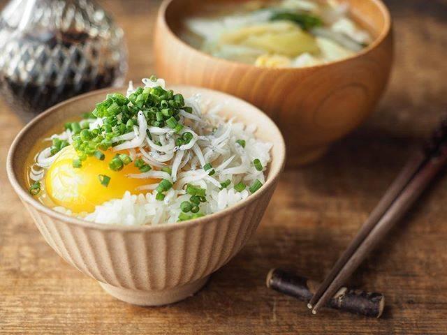 Mio Hishinuma/菱沼未央さんはInstagramを利用しています:「THE☆いつも通りの朝ごはんでおはようございます🌞🍚 大好きなしらすぶっかけ卵かけご飯と、お野菜たっぷりお味噌汁。 …いや〜〜 結局ね…  結局のところね…  Normal is the best‼︎…」 (58146)