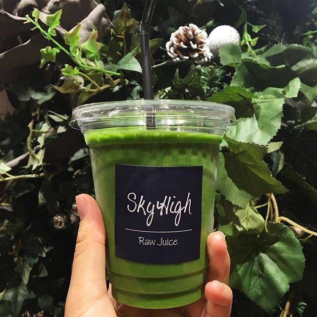 "S on Instagram: ""🌿『GREEN』 (seasonal greens, celery, parsley, orange, banana, pine, spirulina, grapefruits!)Love! #skyhigh #coldpressedjuice #coldpressjuice…"" (58177)"