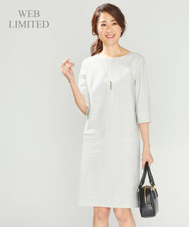 上品なデザインが魅力的な白のワンピース。簡単にコーデす...