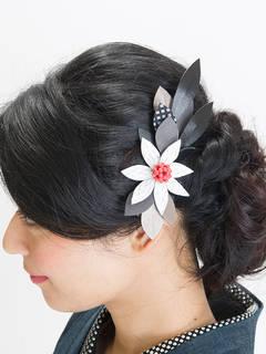 上品でシンプルなカラーのヘアアクセサリー。落ち着いた雰...