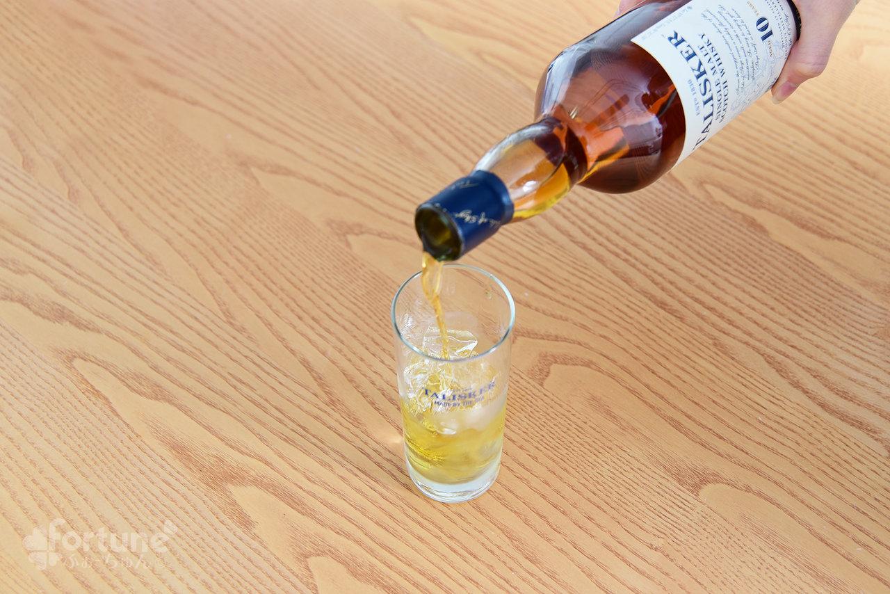 グラスに氷をいれた写真