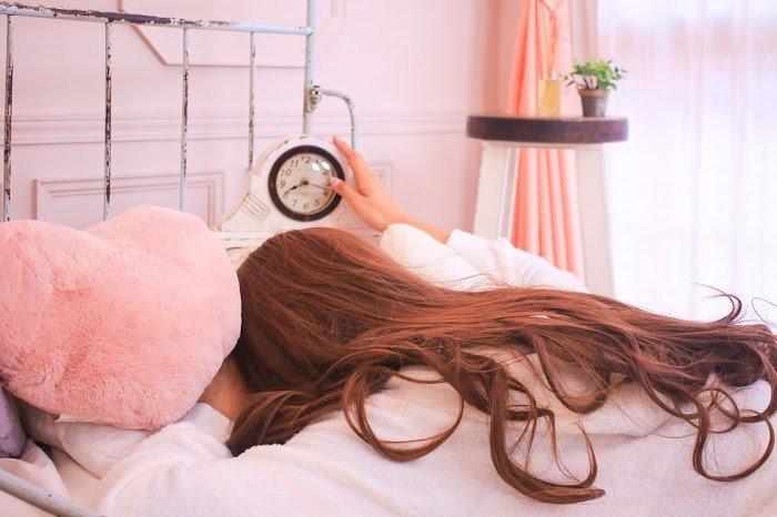 女性 寝坊 ベッド
