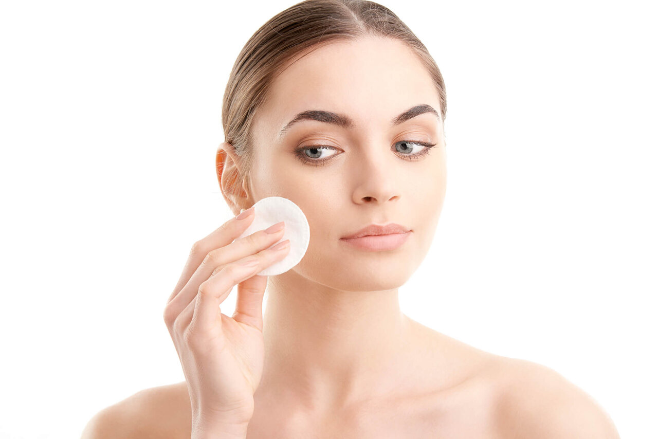 【皮膚科医監修】高保湿成分配合の化粧水で大人のニキビケア。商品の選び方や効果的なスキンケア法を解説