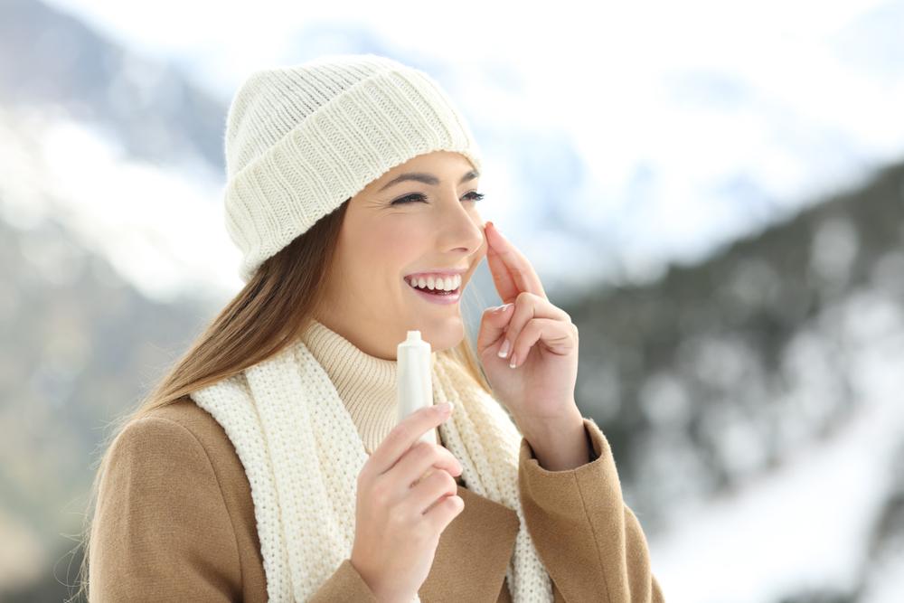 冬も日焼け止めは必要?低刺激や保湿力の高いものを選んでUVカットしよう
