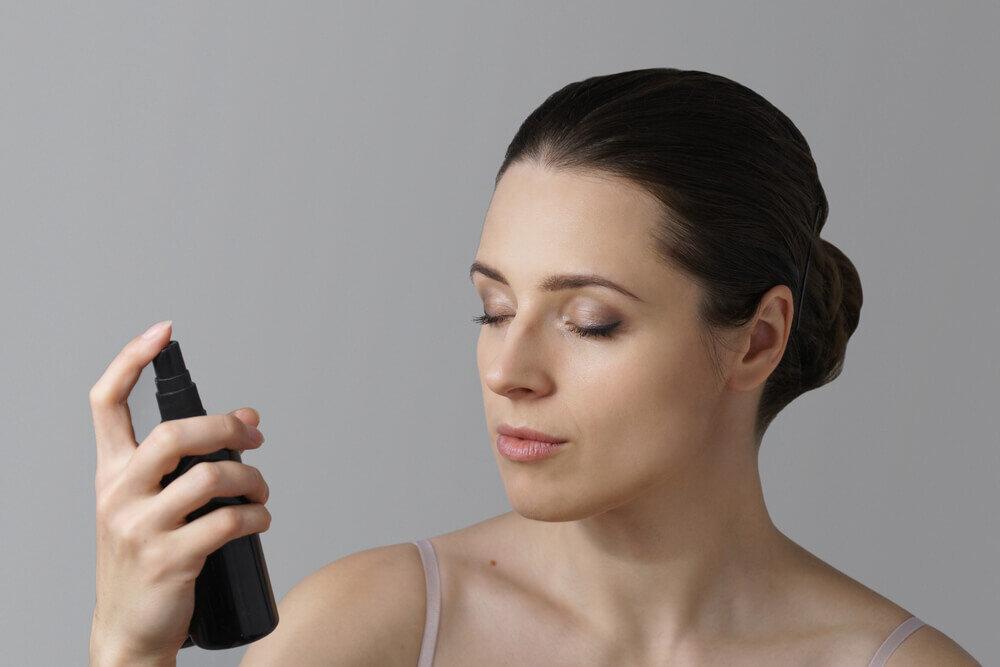 スプレータイプの化粧水って必要?メリットや選ぶときのポイントを解説