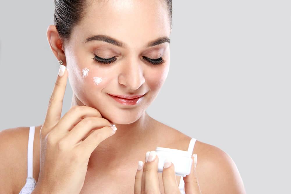 基礎化粧品を使う順番は朝と夜で違う?正しいスキンケアが美肌への第一歩