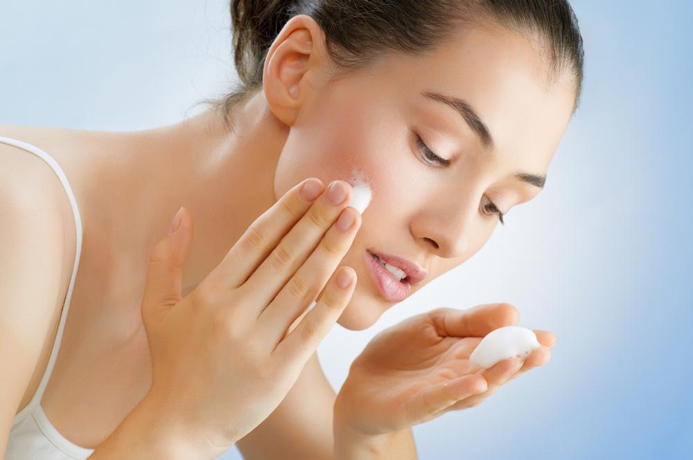 皮膚科医が教える正しい洗顔の仕方とは。年齢・肌質・季節別に詳しくご紹介