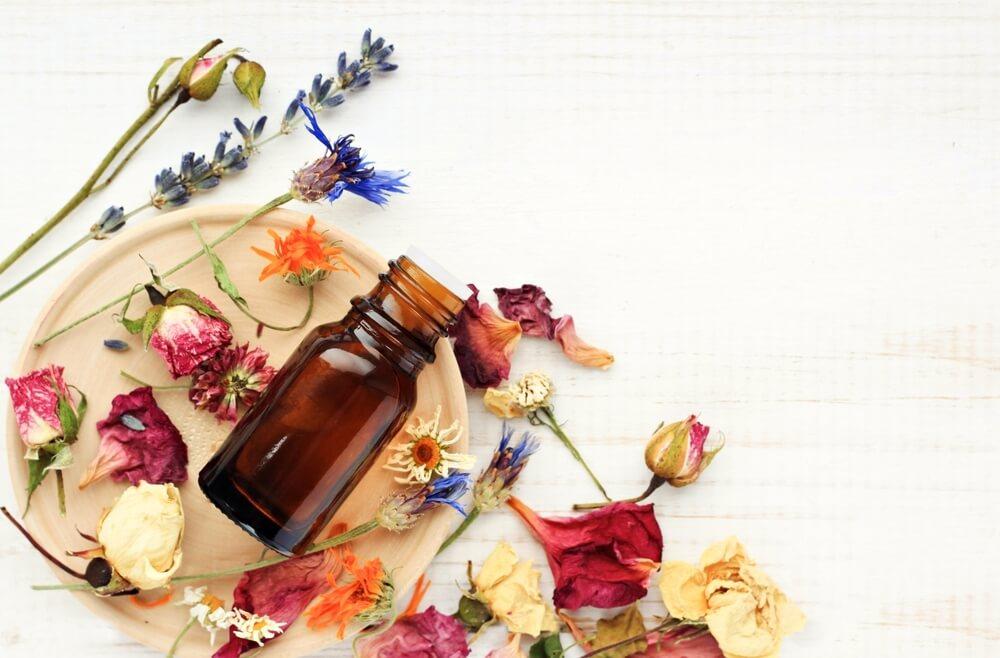 天然香料は自然そのものの繊細な香り。メリットやおすすめフレグランスを紹介