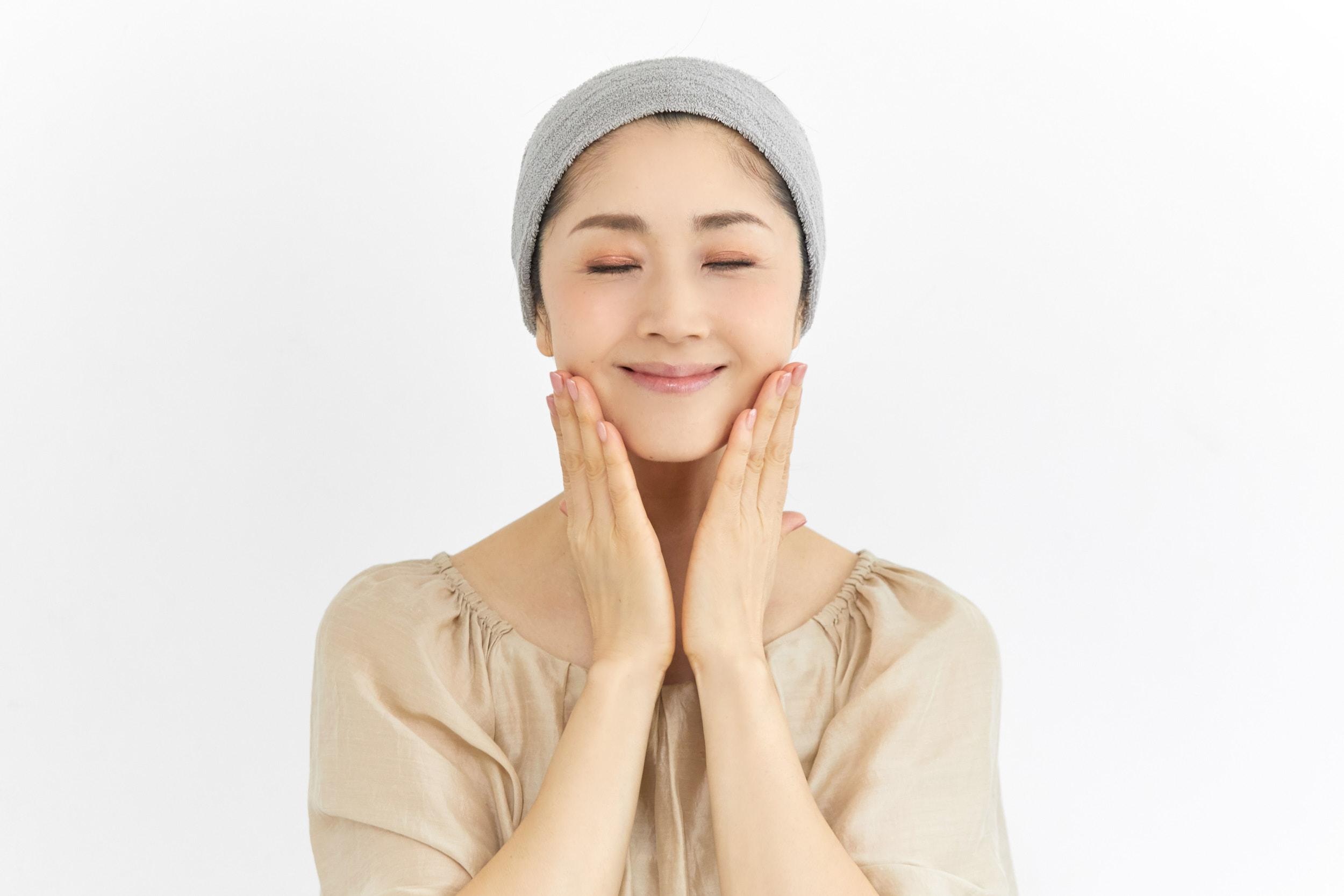 忙しい朝でも簡単!現役モデルが実践している顔のむくみ&くすみを解消する【朝の1分マッサージ】