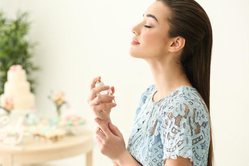 香水の香りにリラックスする女性