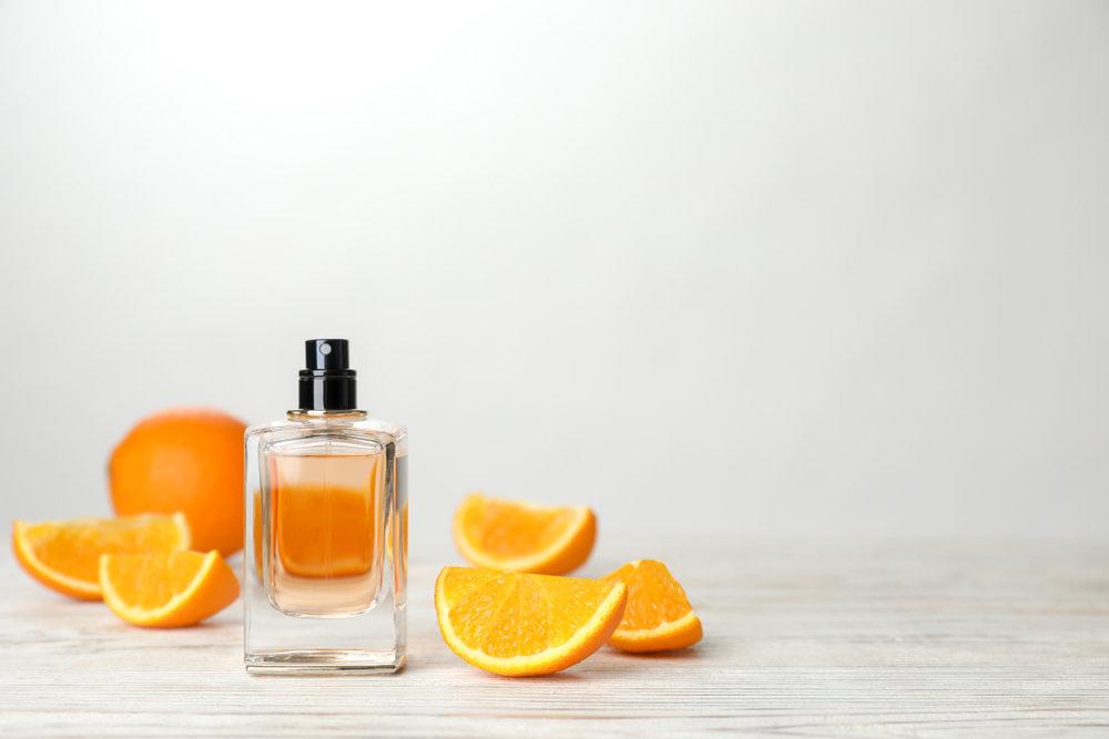 オレンジの果肉と香水