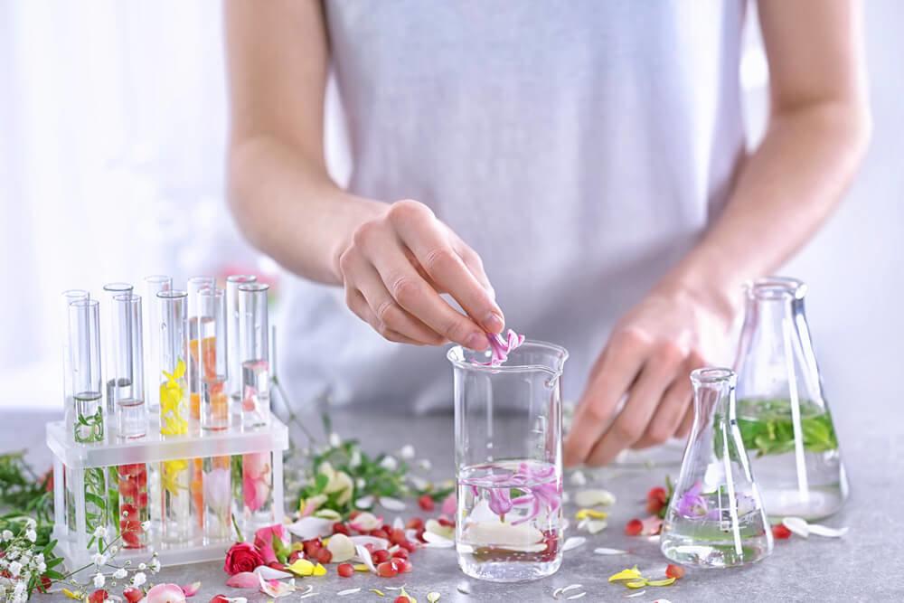 花から香りを抽出する女性