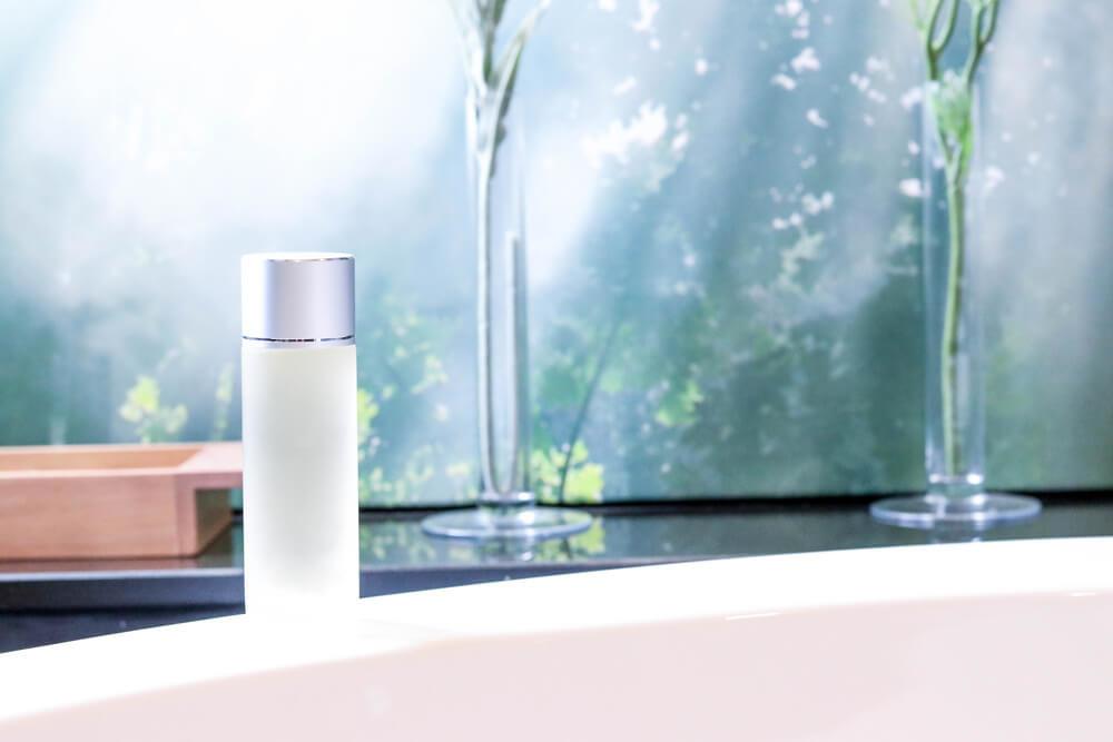洗面所に置かれた化粧水