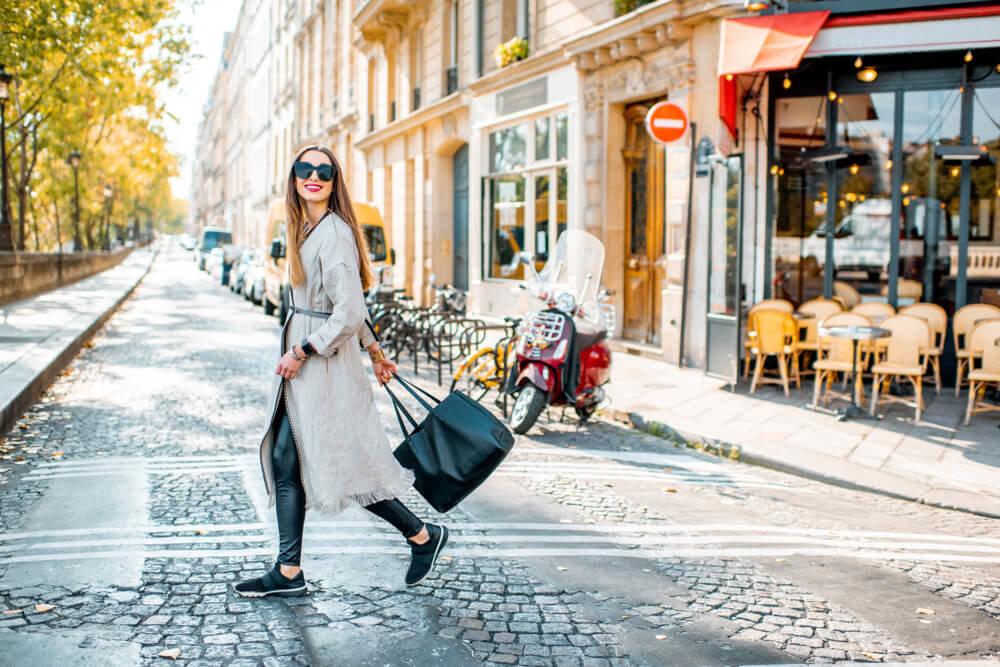 カフェの前を歩く女性
