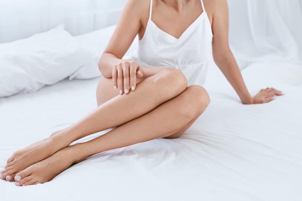 ベッドに座るマッサージ後の女性