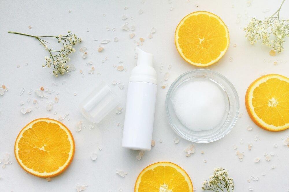 洗顔フォームと輪切りのオレンジ