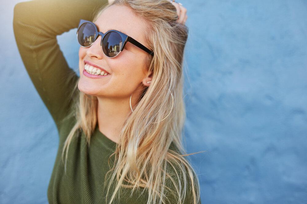 日差しを浴びる笑顔の女性