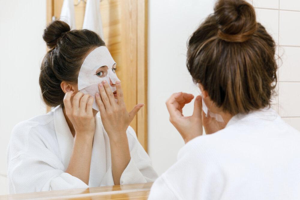 シートマスクを使う女性
