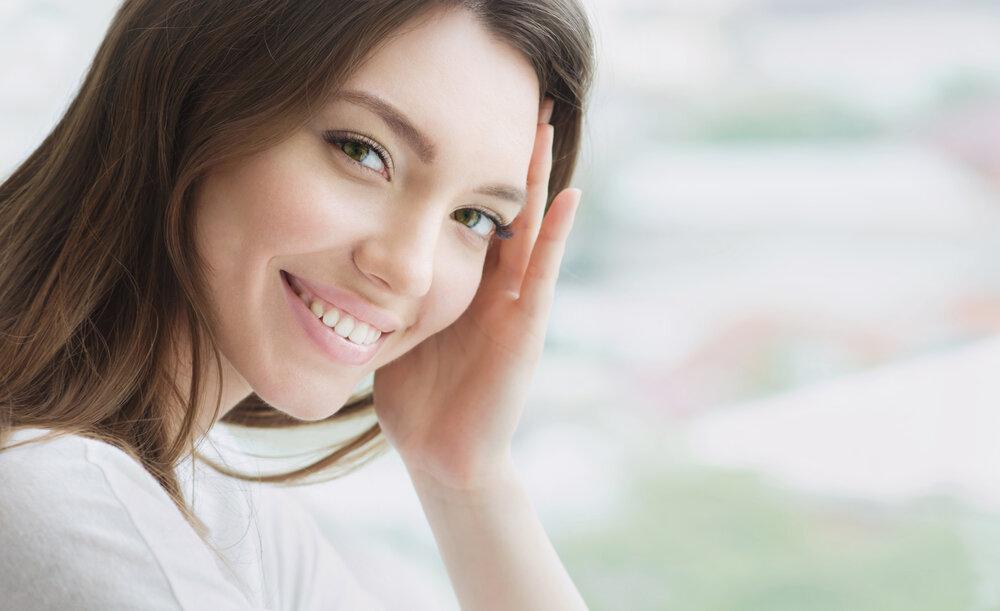 微笑みかける女性