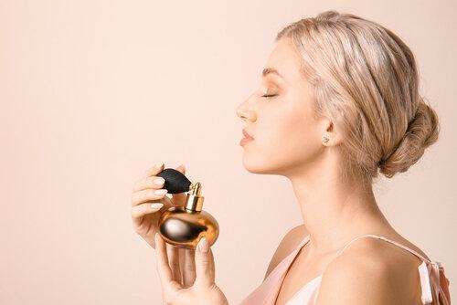 香水のボトルを持つ女性