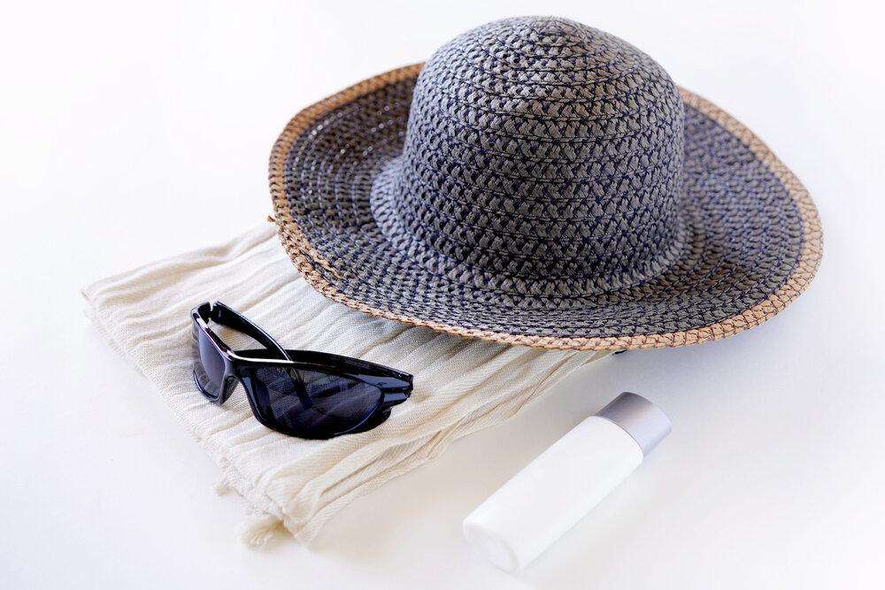 紫外線対策用の帽子やサングラス