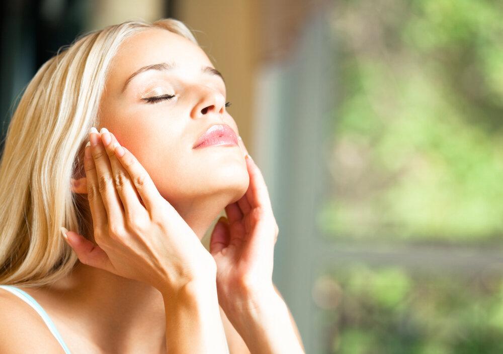 化粧水を浸透させる女性
