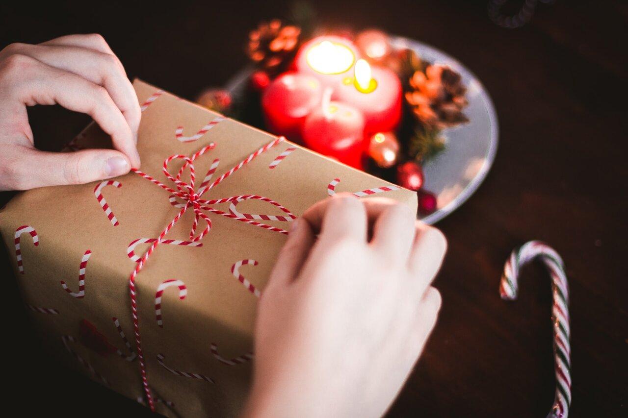 プレゼントの包みを開ける人