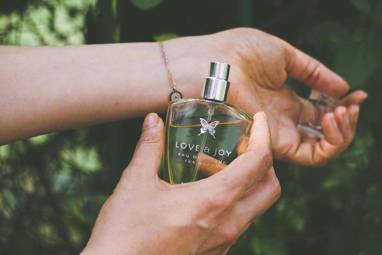 香水をつける女性の手首
