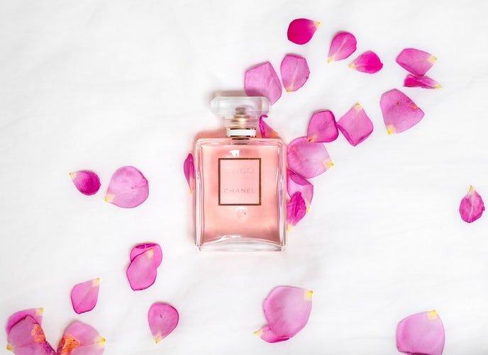 バラの花びらと香水
