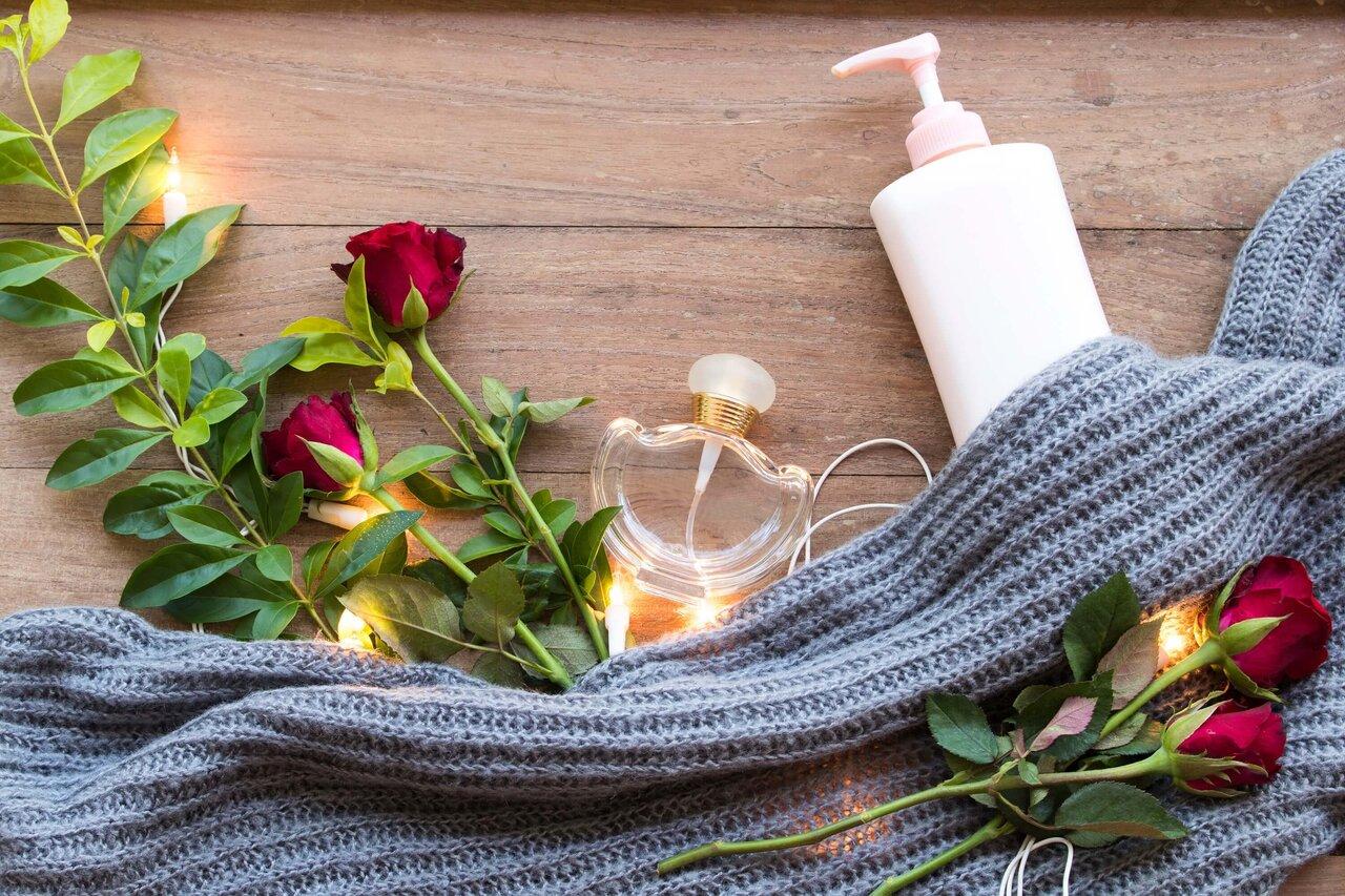 ウール素材と並べられたローズと香水の瓶