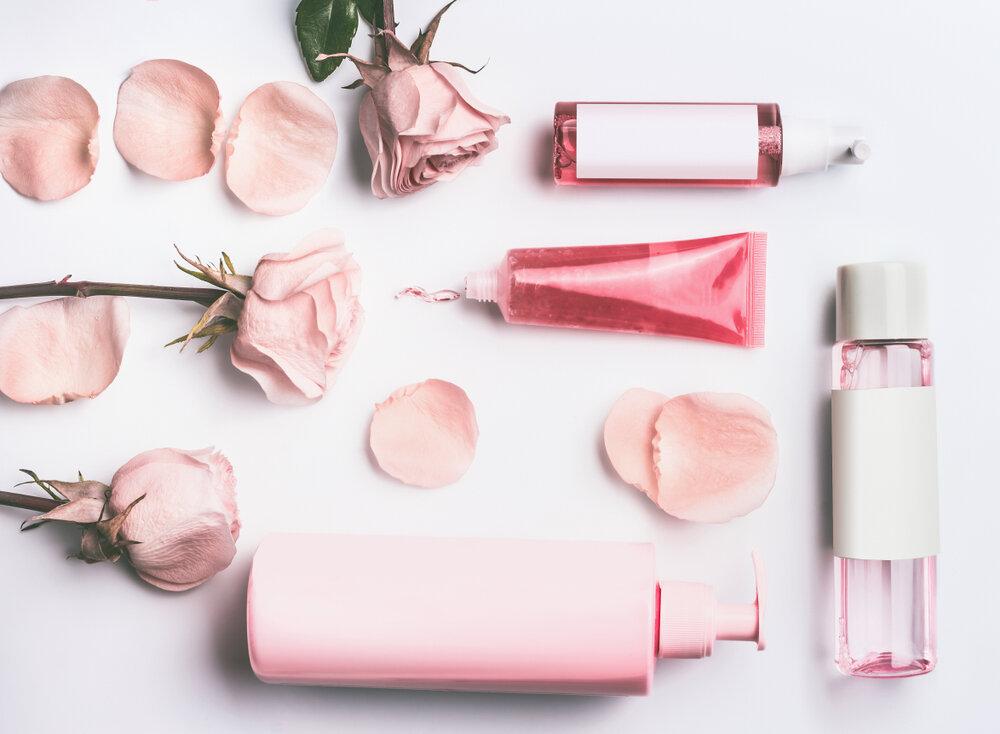 バラの花と化粧品
