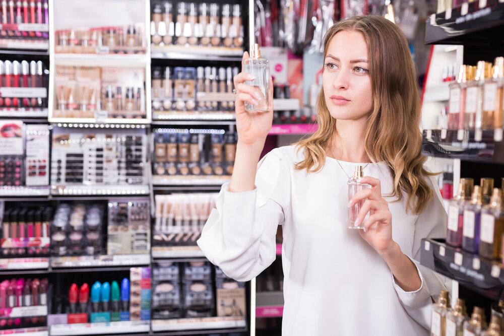 香水のラベルをチェックする女性