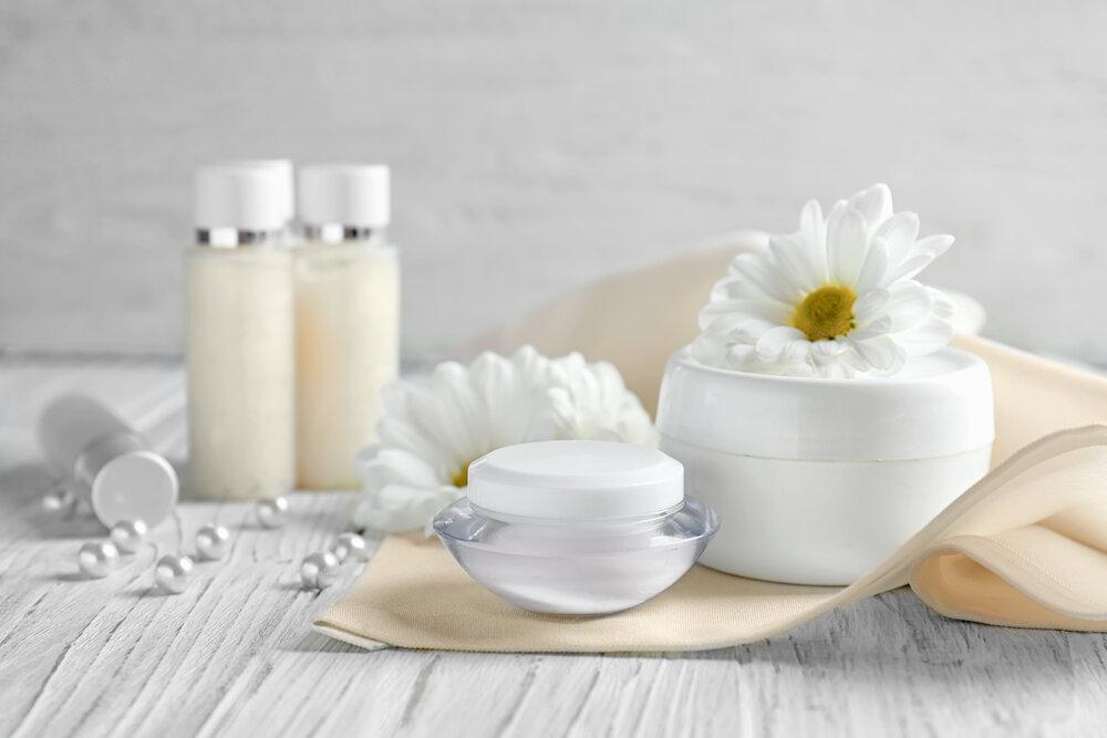白い花とスキンケアアイテム