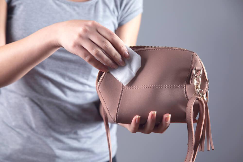 バッグを拭きとる女性