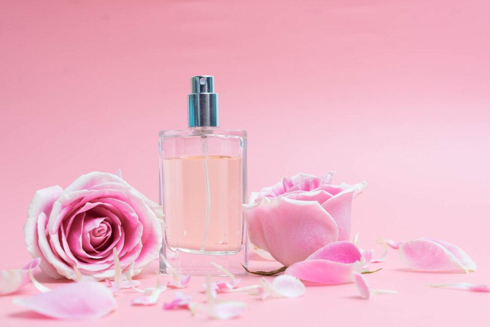 バラの花と香水ビン