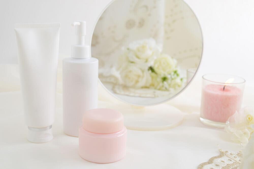 テーブルに並んだ基礎化粧品ボトル