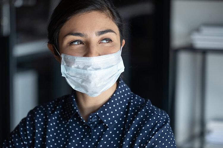 マスクをつけて微笑む女性