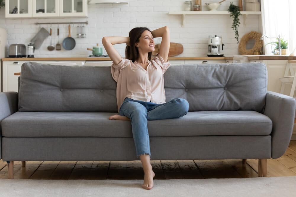 ソファの上でくつろぐ女性