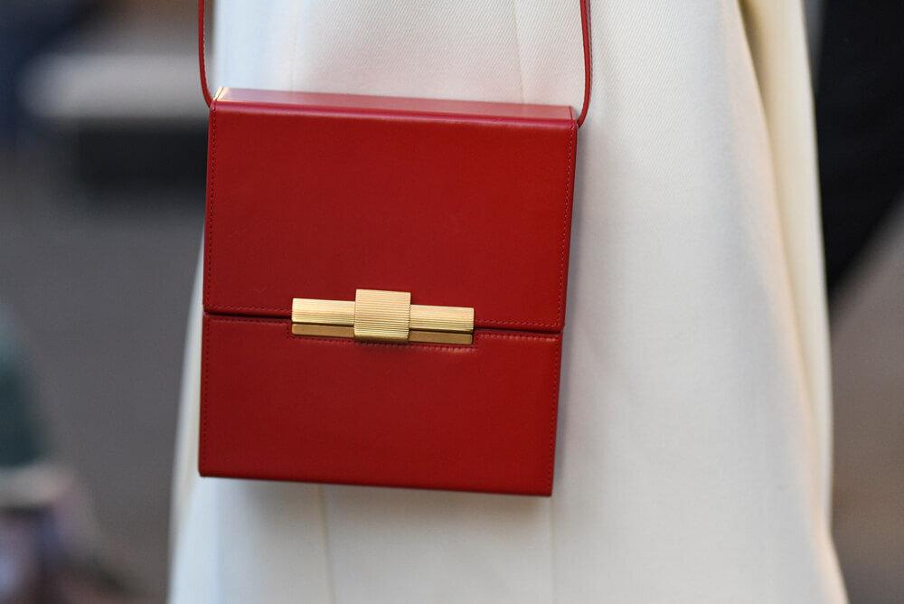 赤いショルダーバッグ