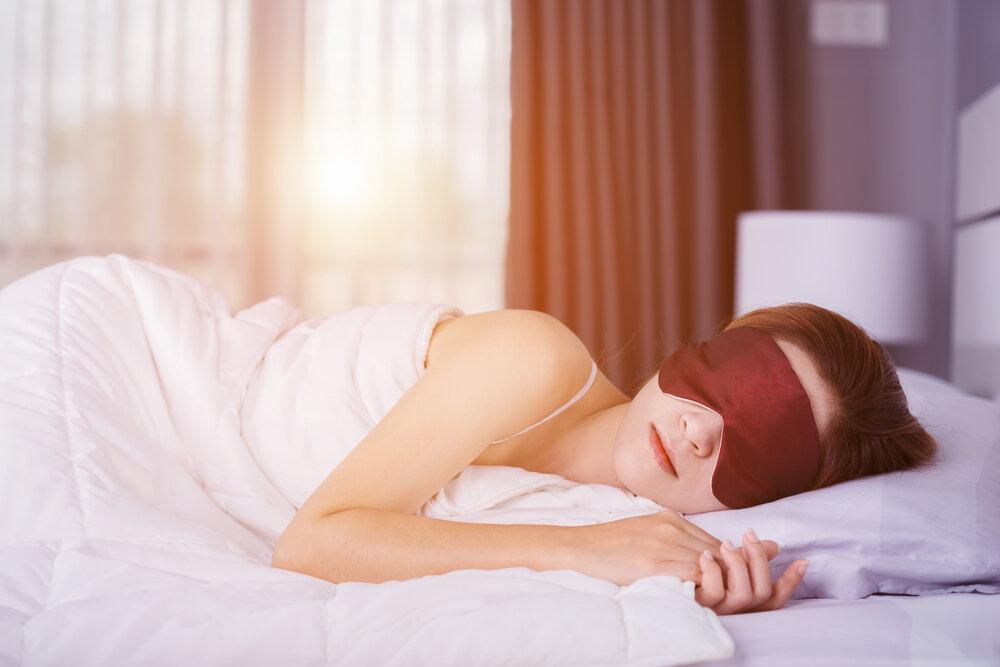 アイマスクをして眠る女性