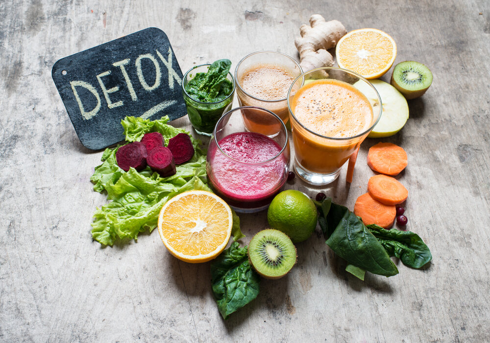 果物や野菜とデトックスジュース