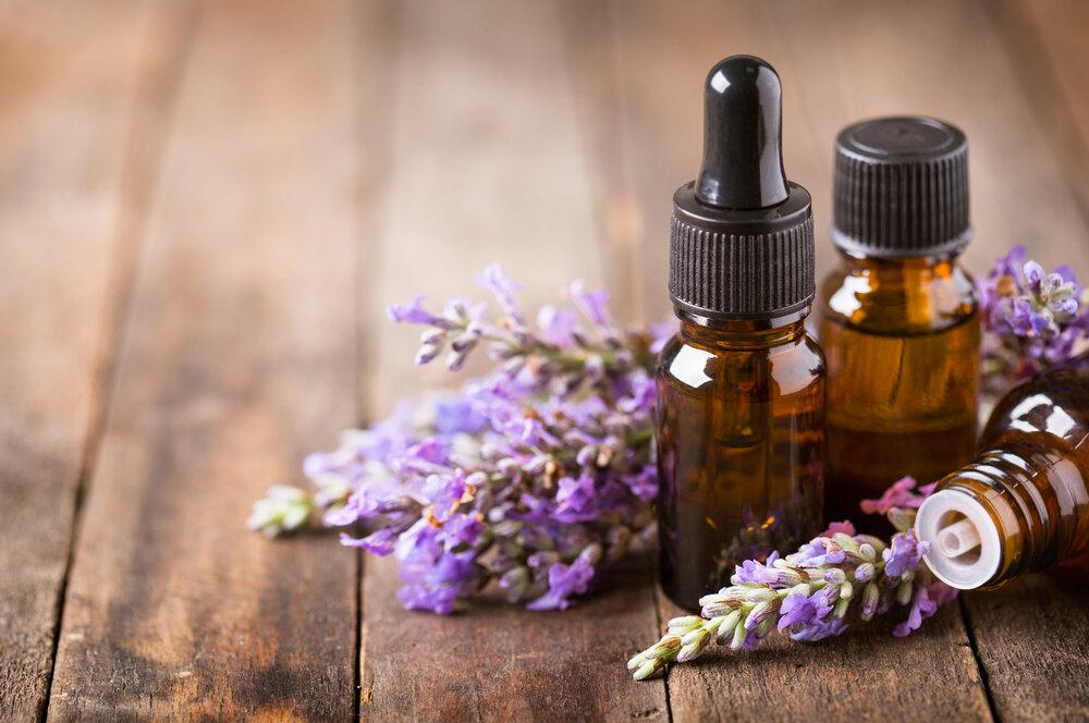 スキンケアボトルと紫の花