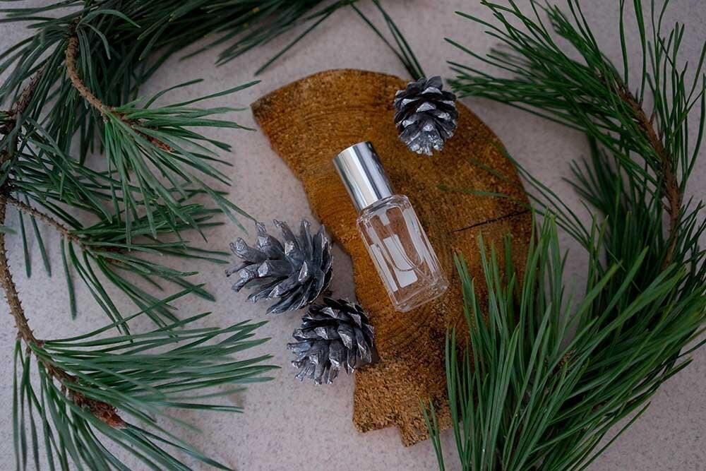 大人の魅力を高めるウッディな香水の魅力とは。ノートの組合せやおすすめの付け方も - Her ELEGANCE
