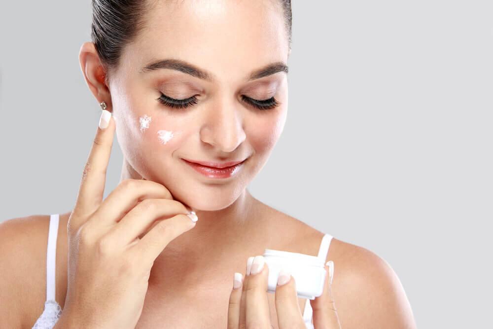 基礎化粧品を使う順番は朝と夜で違う?正しいスキンケアが美肌への第一歩 - Her ELEGANCE
