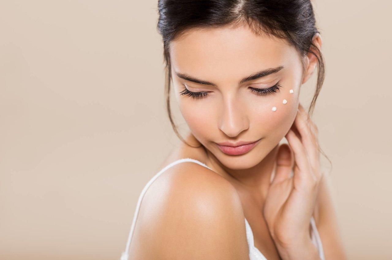【皮膚科医監修】目元美容液でエイジングケア。選ぶときのポイントをご紹介 - Her ELEGANCE