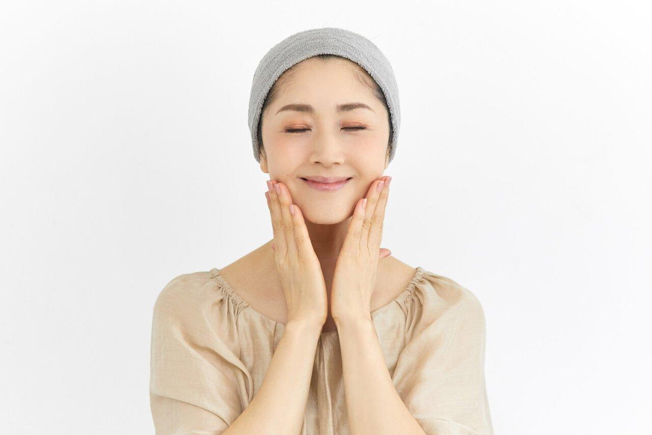 忙しい朝でも簡単!現役モデルが実践している顔のむくみ&くすみを解消する【朝の1分マッサージ】 - Her ELEGANCE