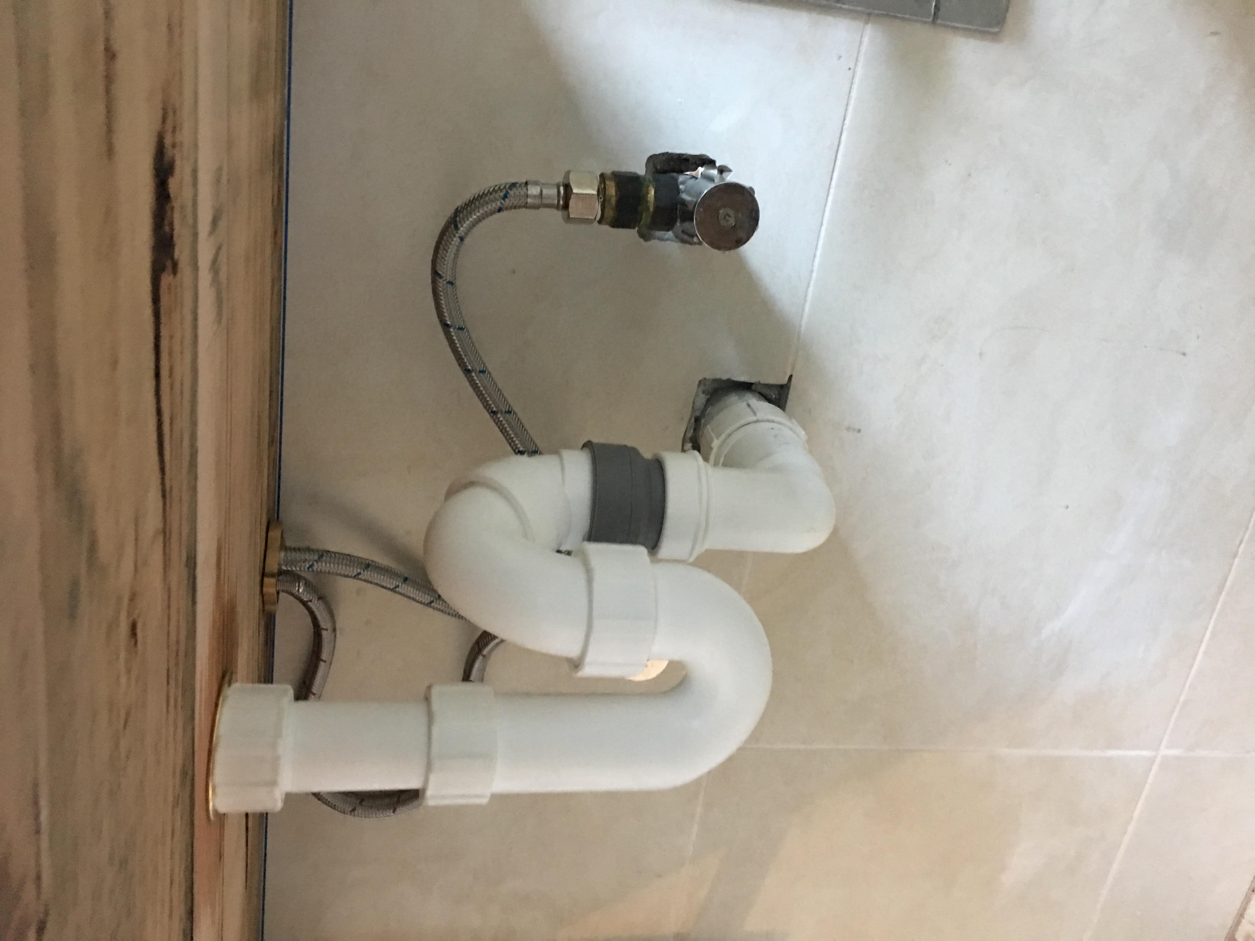 台を固定して排水管の取り付けです。