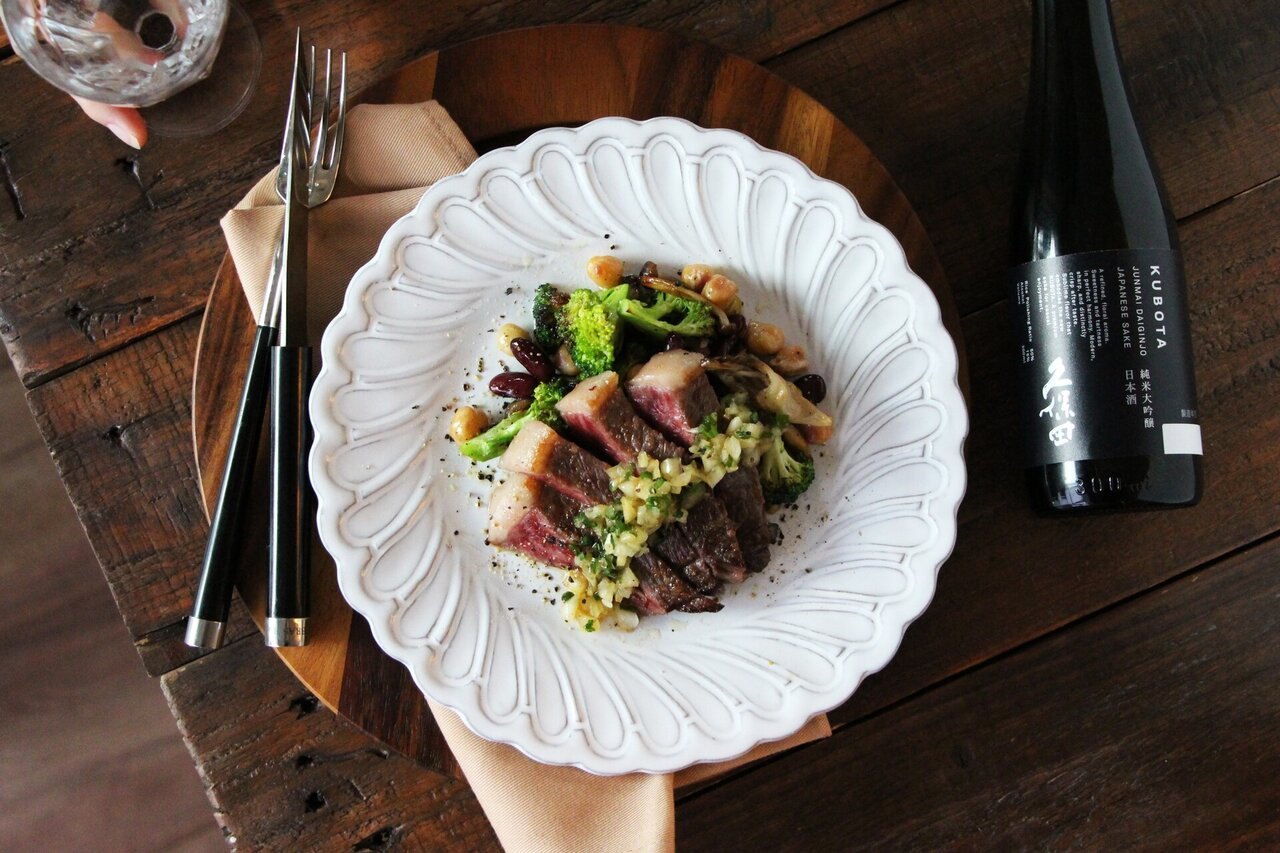 日本酒をもっと楽しむおつまみレシピ|牛もも肉のステーキ 薬味バルサミコソース